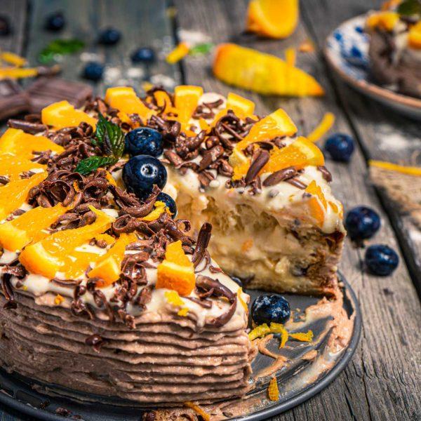 великденска козуначена торта заснета в близък кадър и декорирана с пресни плодове