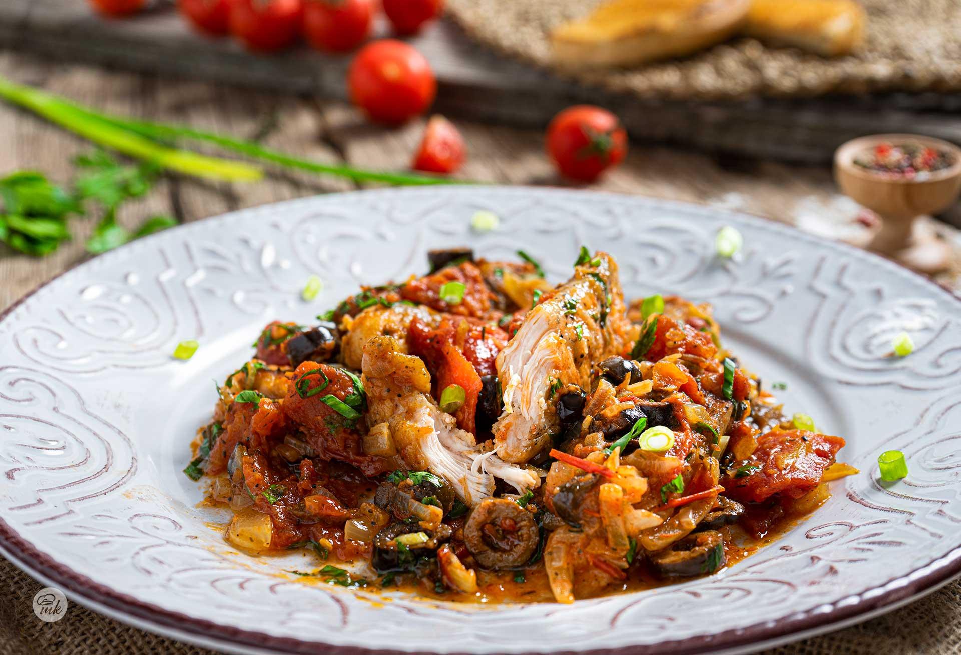 Пиле с домати и маслини