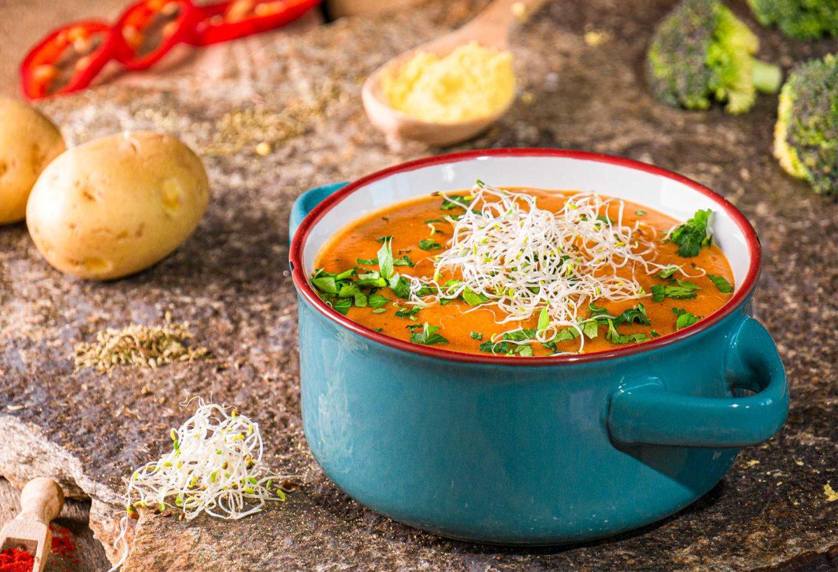 веган картофена крем супа отпред с украса магданоз