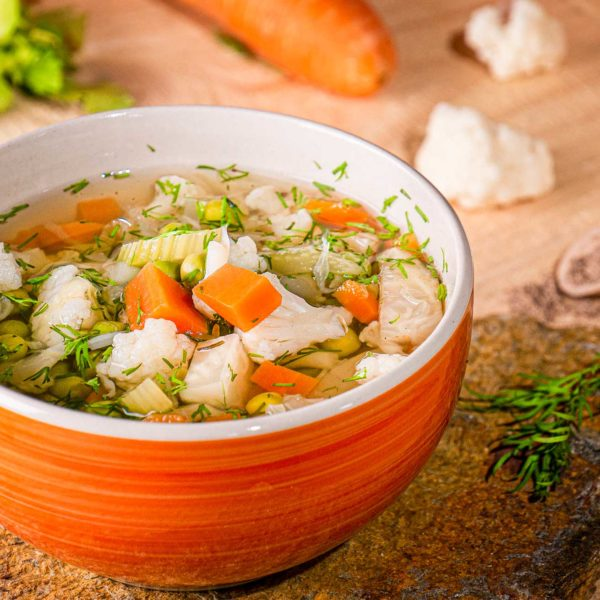 супа от грах и карфиол отстрани със зеленчуци
