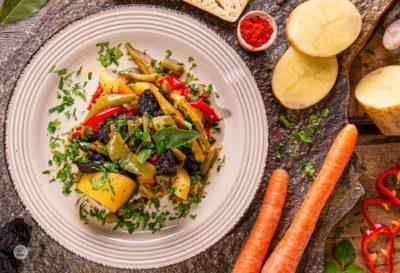 гювеч със зеленчуци моркови картофи магданоз