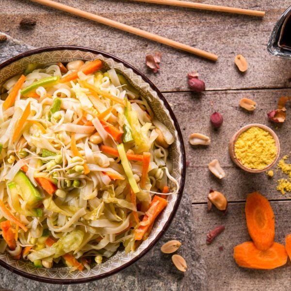 ми фен със зеленчуци на пара моркови фъстъци тиквички соев сос
