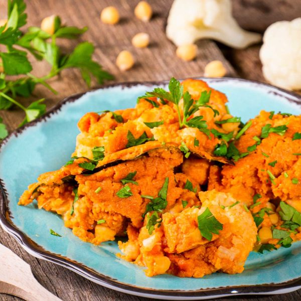 арабска яхния с карфиол и картофи поръсена с магданоз