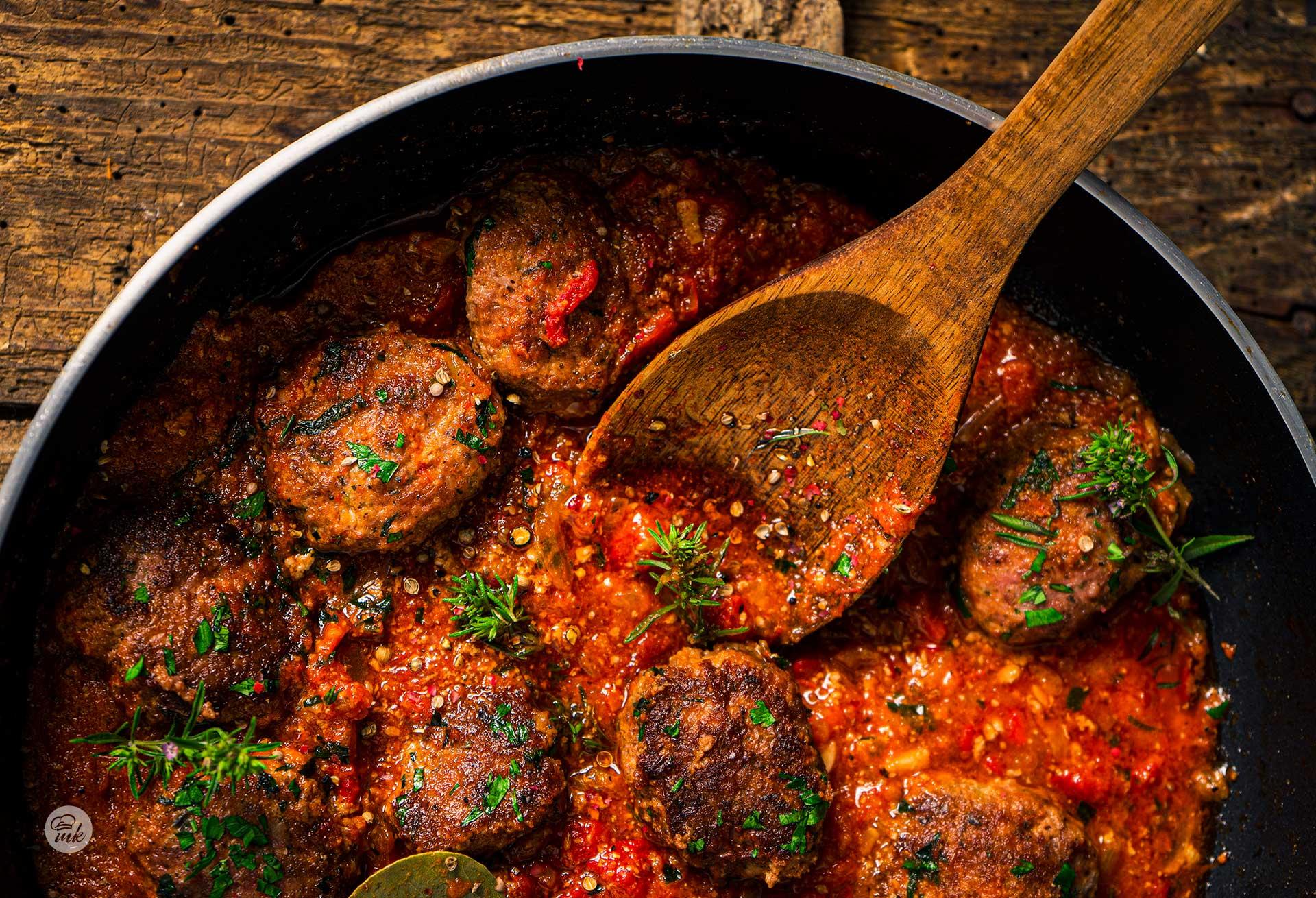 Телешки кюфтенца с доматен сос