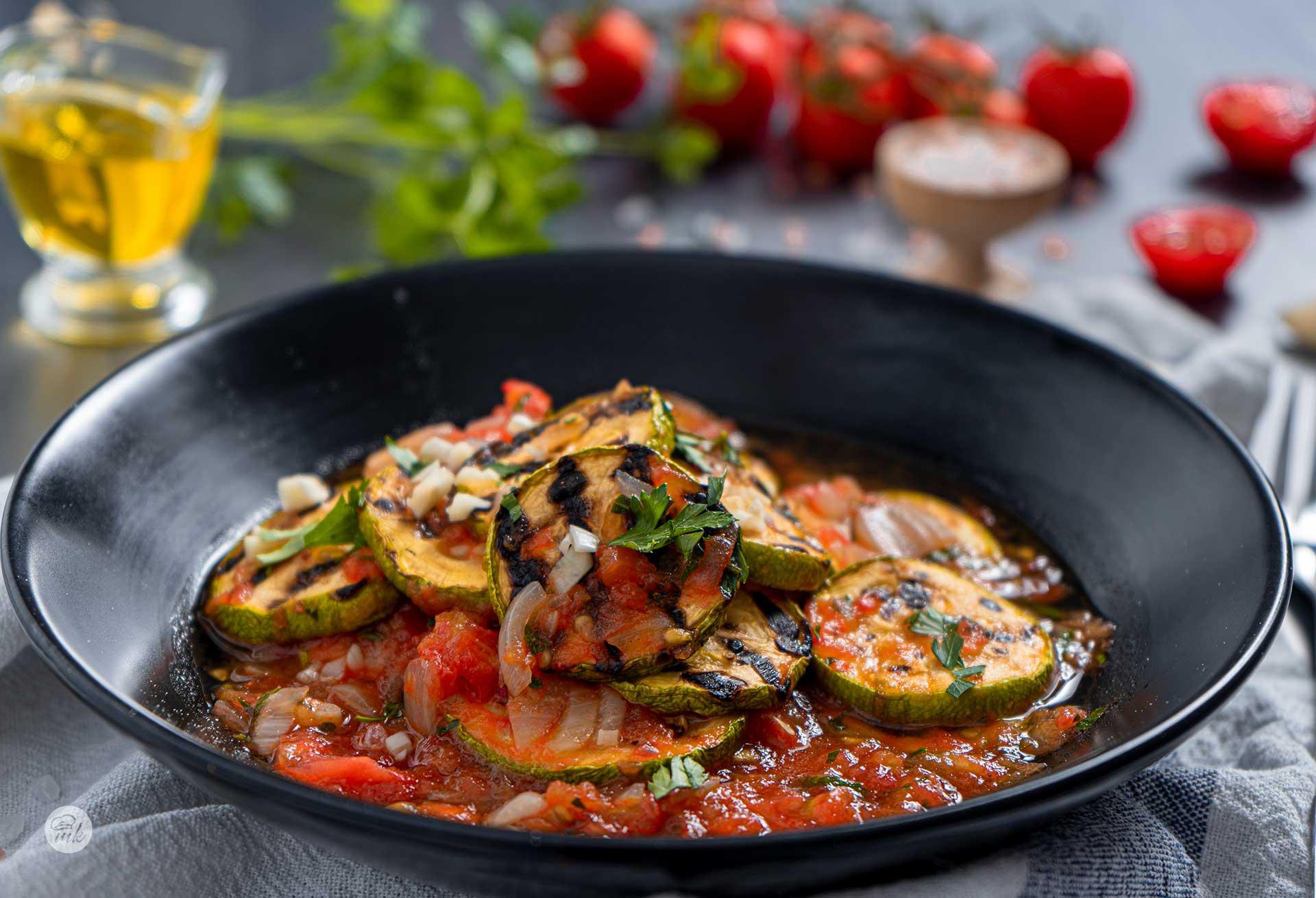 Салата от тиквички с доматен сос