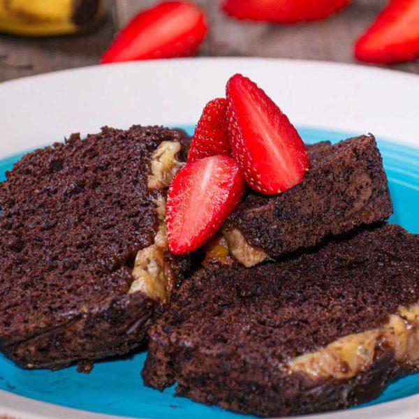 шоко кейк с банани веган с ягоди снимано отпред