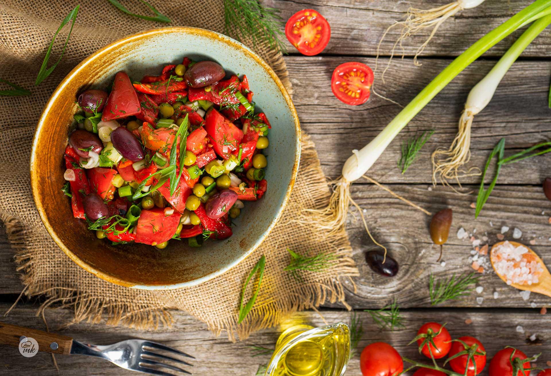 Салата от домати, грах и печени чушки