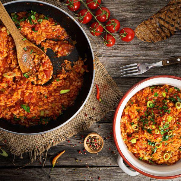 Домати с ориз на тиган, заснети отгоре и декорирани с чери домати и люти чушки