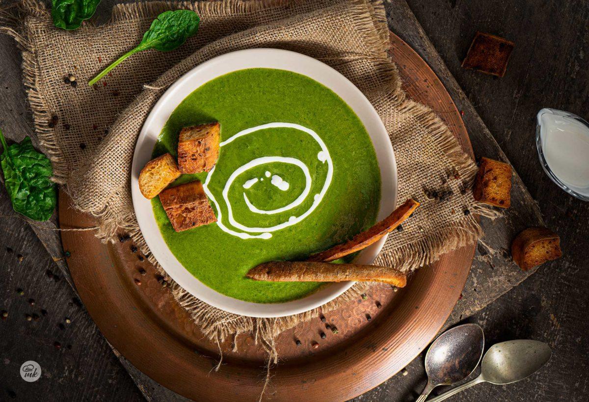 крем супа от спанак със сметана, брускети и черен пипер