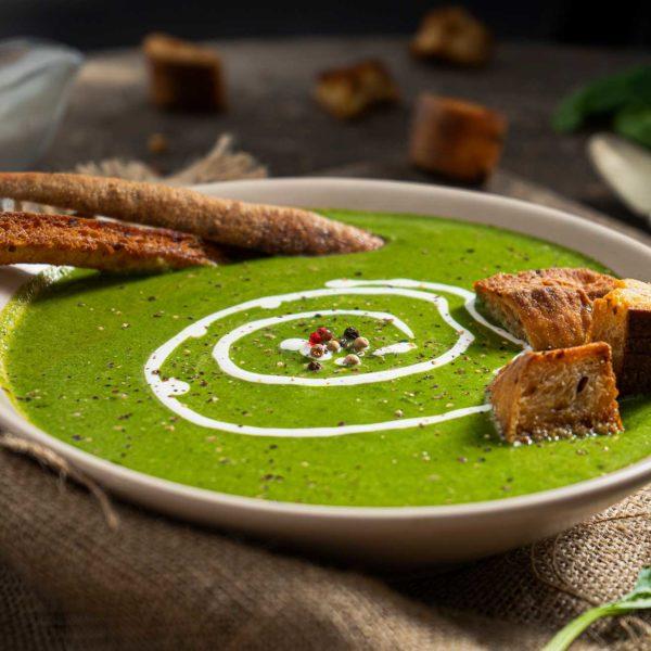 крем супа от спанак отстрани с брускети и сметана