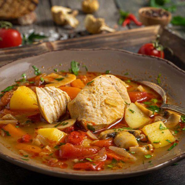 пилешка яхния с гъби и зеленчуци отстрани