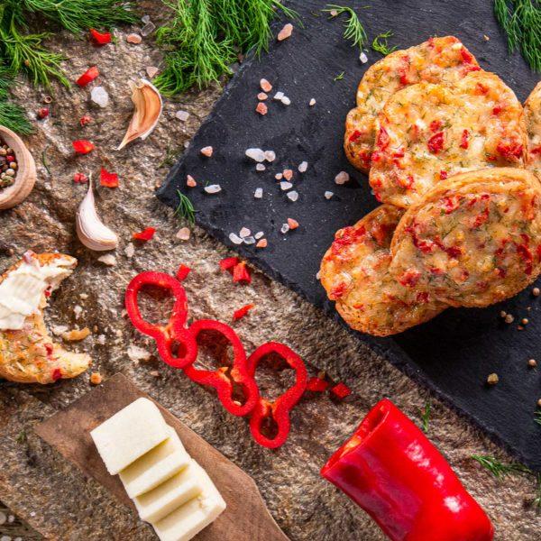 Парти сандвичи с кашкавал,заснети отгоре, декорирани с прясна чушка и подправки