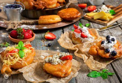Бухтите на баба заснети отблизо, поднесени с различни пълнежи и декорирани с пресни плодове