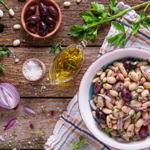 салата от зрял боб декорирана с маслини лук снимана отгоре