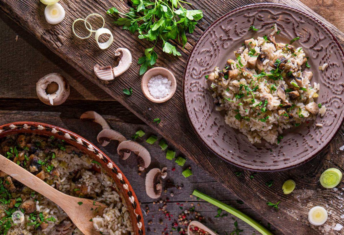 Гъби с ориз и праз заснети отгоре, аранжирани с продукти използвани за направата на ястието