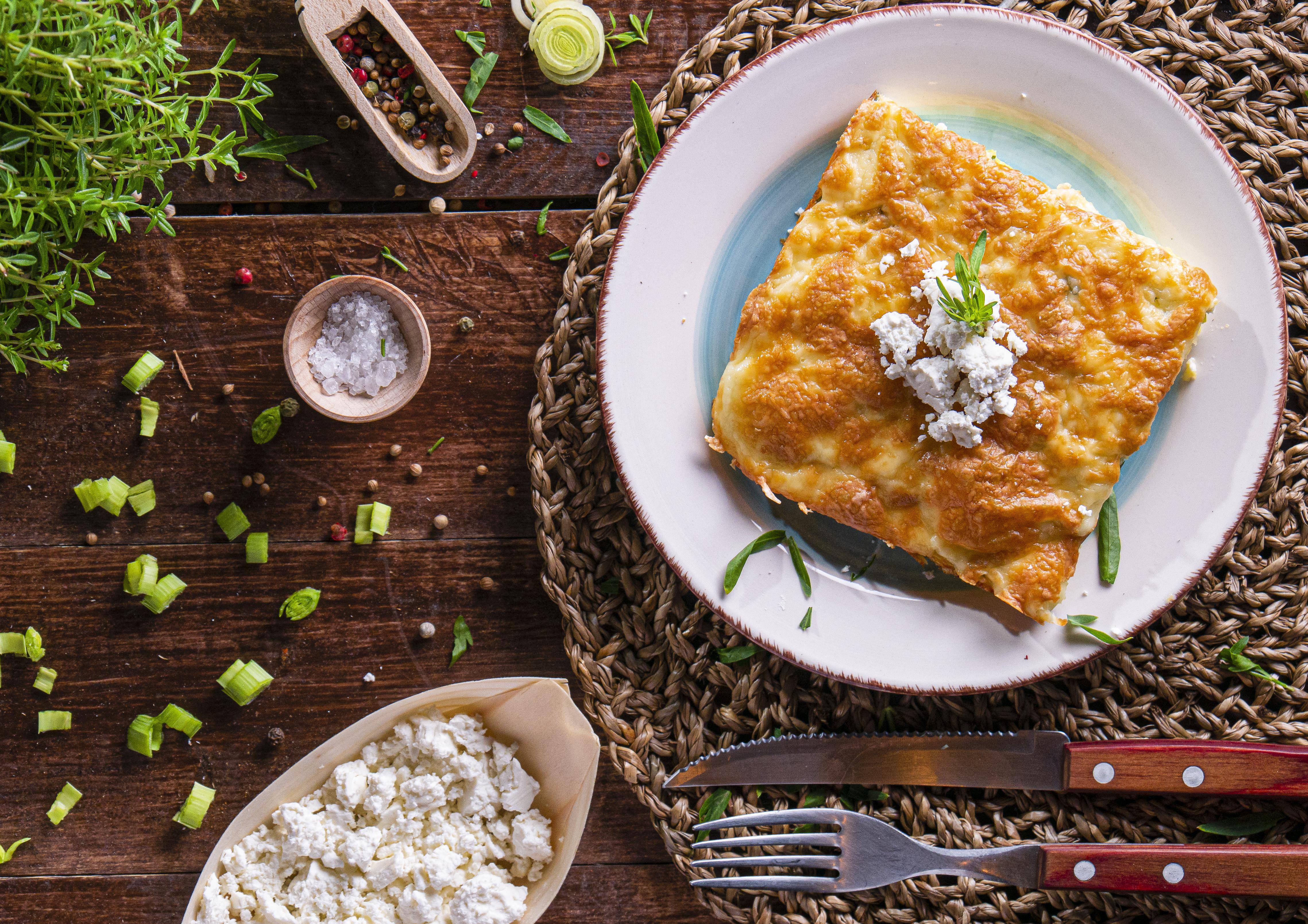 Бъркани яйца с праз и сирене