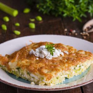 Бъркани яйца с праз и сирене заснети отстрани, аранжирани с пресен магданоз и лук