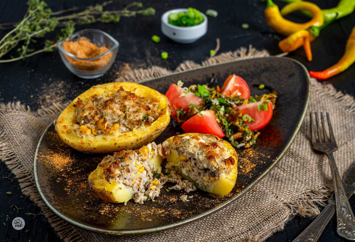 Картофени цървули с пушена скумрия, заснети отстрани, поднесени с домат и люти чушки