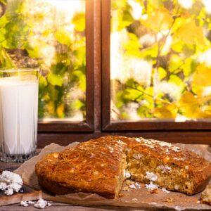 Солен кекс със сусам заснет отстрани, поднесен с чаша айрян