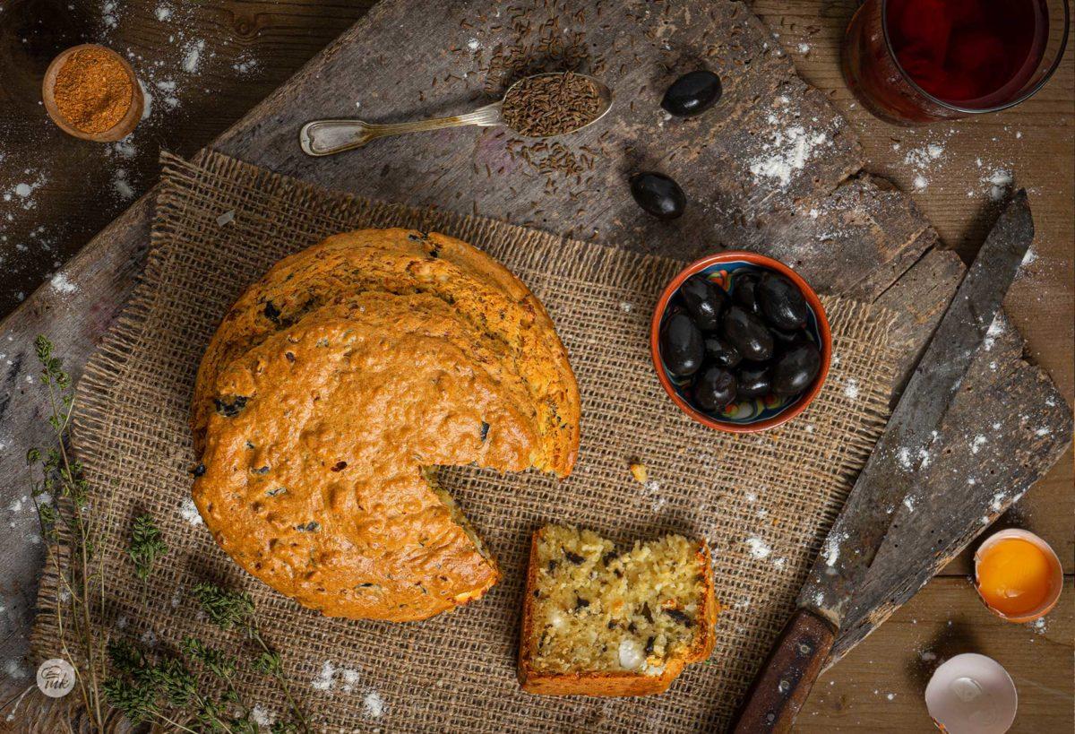 Солен кекс с маслини заснет отгоре, нарязан на парче