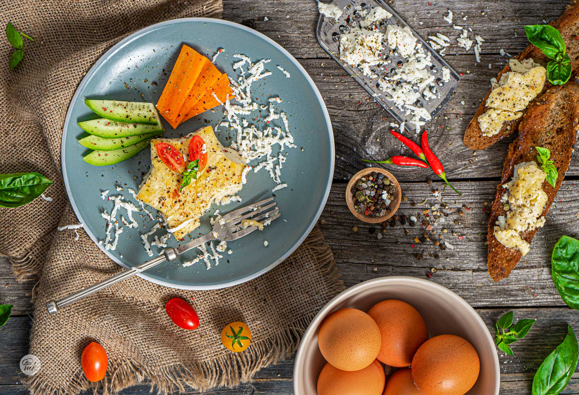 крем от сварени яйца със сирене върху филия и украса