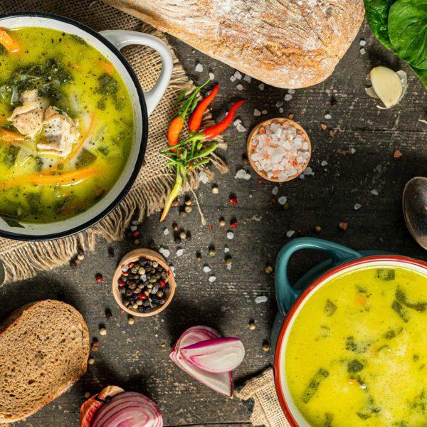 Супа от пиле и спанак заснета отгоре и декорирана с подправки