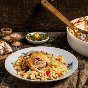 Пиле с ориз в порция заснето отстрани, поднесено с люти чушлета