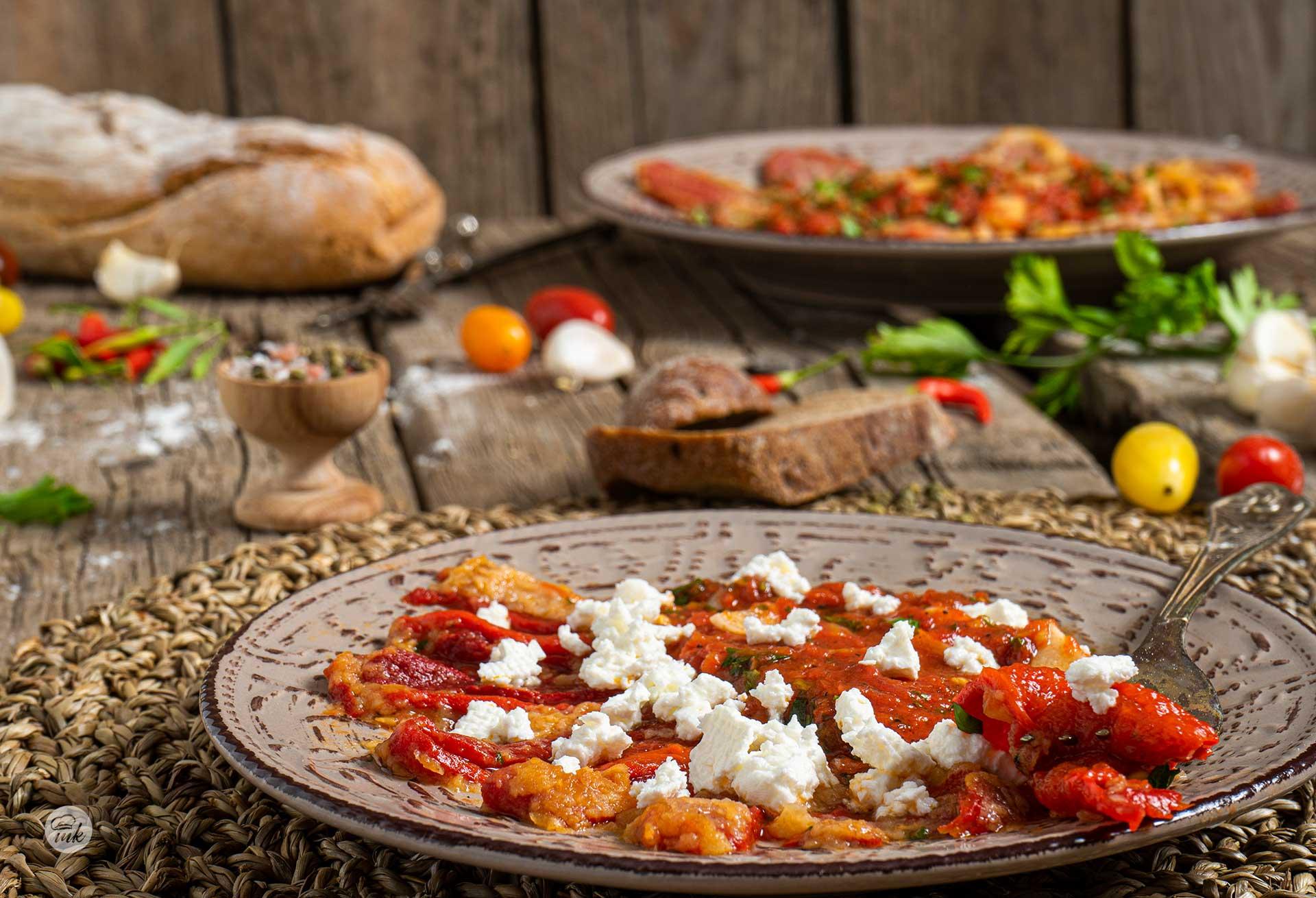 Пържени чушки с доматен сос