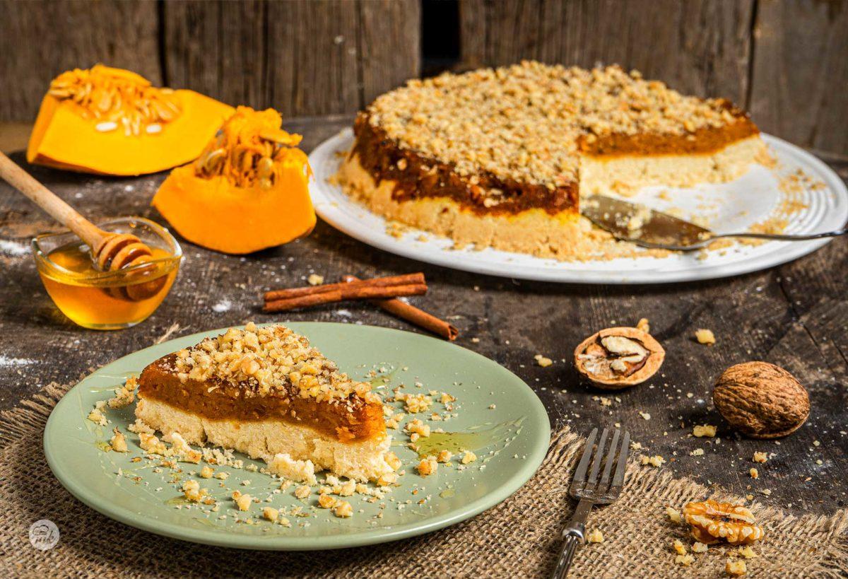 Сладкиш с тиква поднесен на парче, посипан с орехи и мед