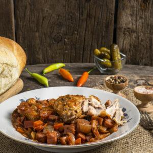 Заек по хайдушки заснет отстрани, поднесен на порция със хляб