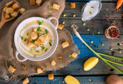 картофена крем супа заснета отгоре и аранжирана с продукти използвани в приготвянето и