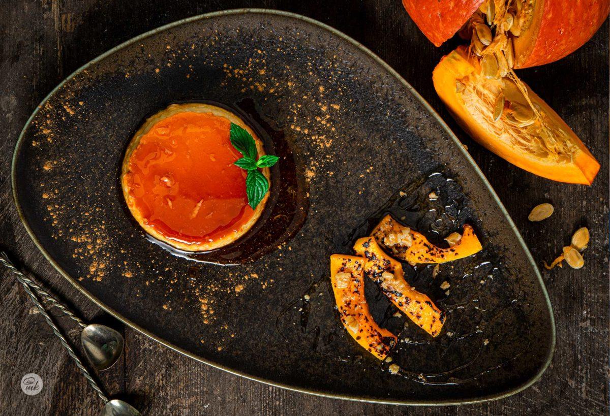 Крем карамел с тиква, заснет отгоре, поднесен в чиния, аранжиран с печена тиква и мед