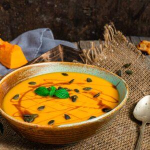 Крем супа от тиква, поръсена със семе и поднесена в купа