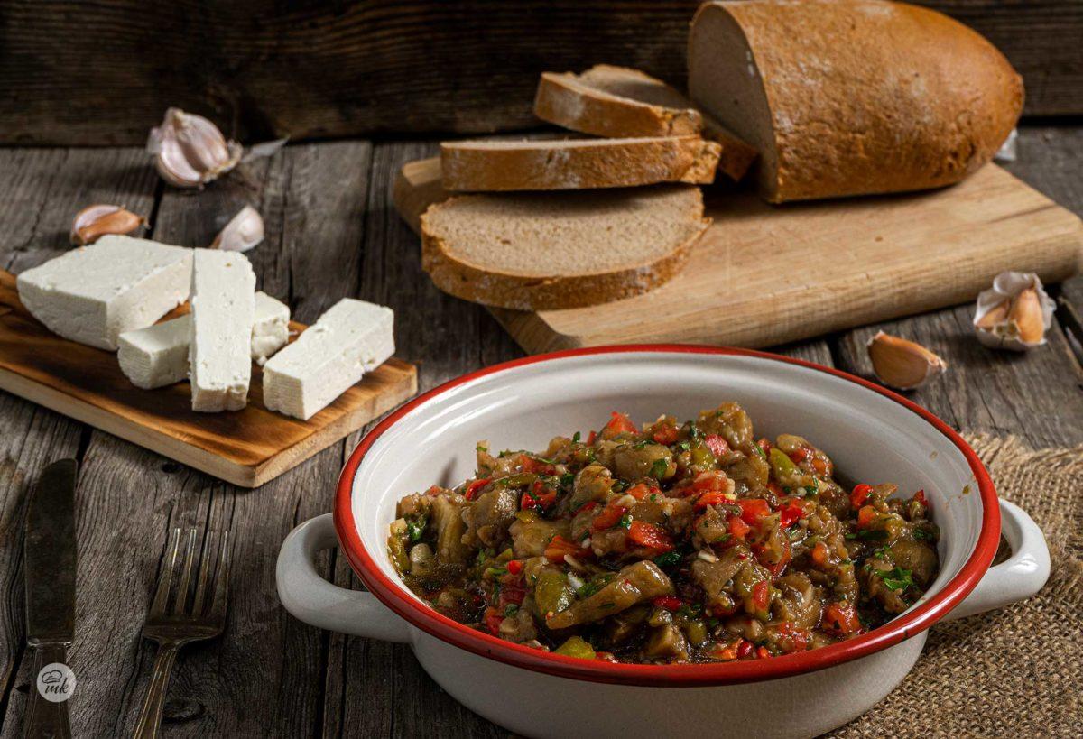 Кьопоолу заснето отстрани, поднесено в купичк със сирене и хляб