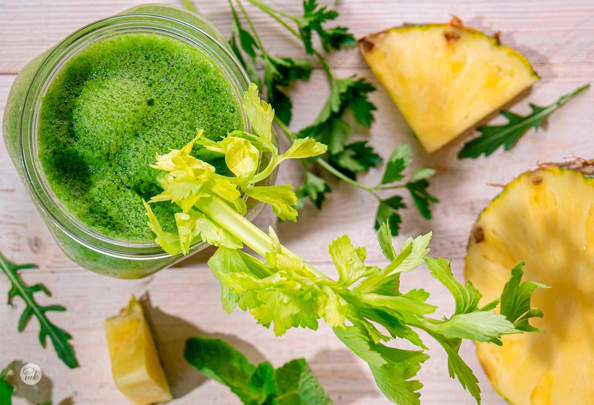 Магданозено смути с ананас, селъри, рукола и АФА