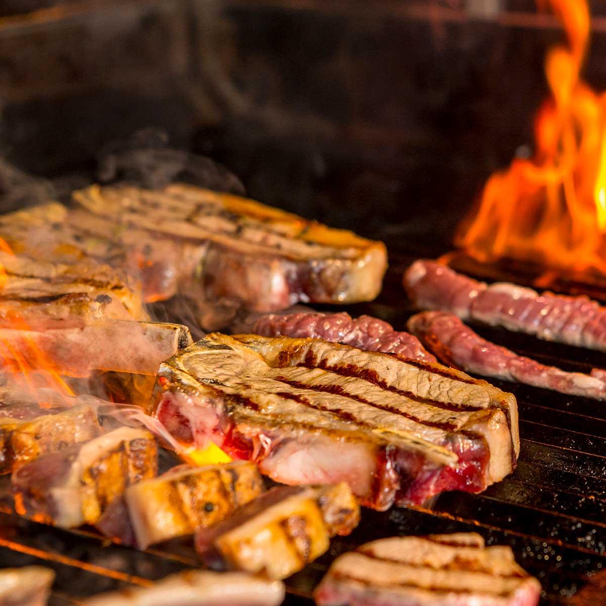 Пържоли, бекон и друго месо на скара