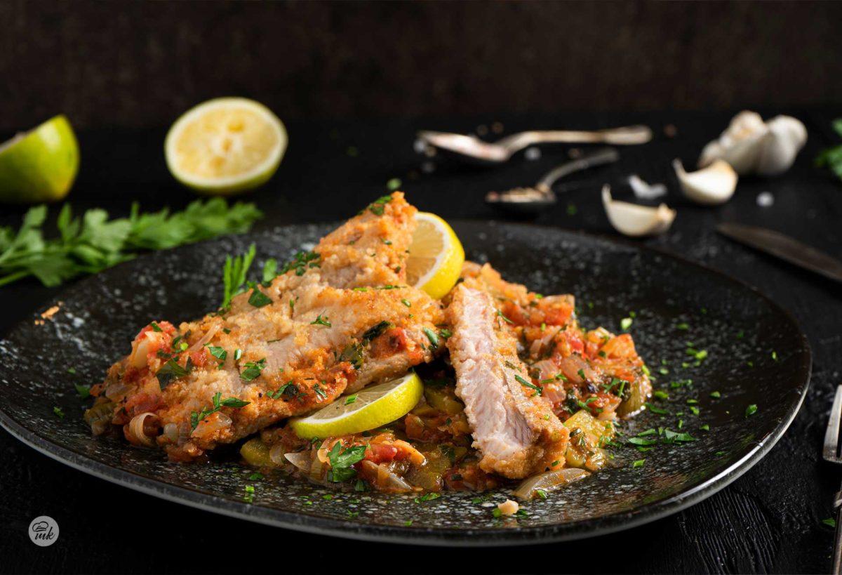 Пържен сом със зеленчуци, заснет отблизо и артистично заснет в чиния