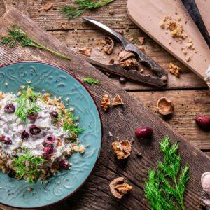 Веган млечна салата, заснета отгоре и аранжирана с маслини и подправки