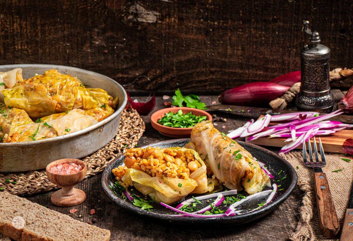 Зелеви сарми с боб и ориз заснети отстрани, поднесени в порция
