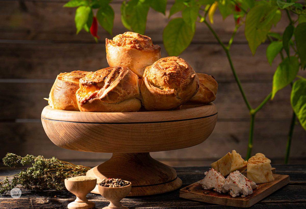 Хлебчета с масло и кашкавал, поднесени със сирене и кашкавал, снимани отстрани