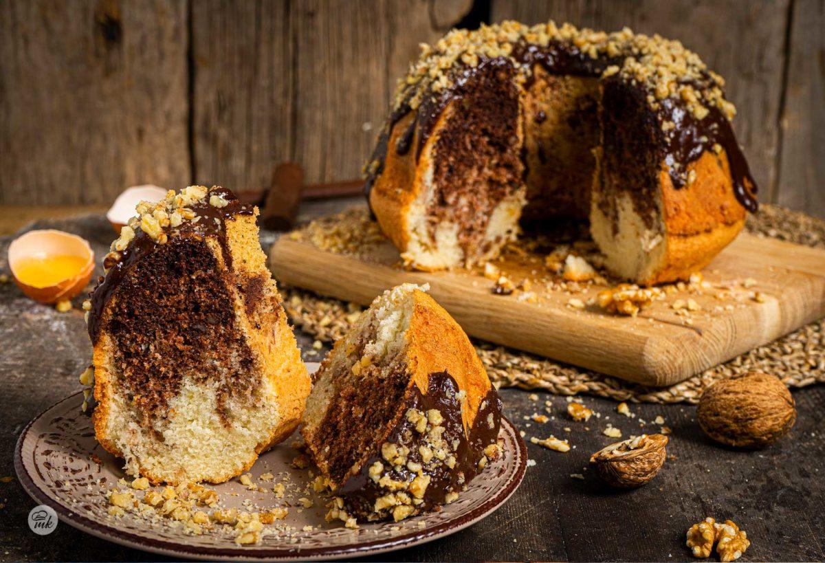 Кекс с шоколад и орехи заснет отблизо, поднесен на парче