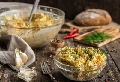 Копривщенска салата, сервирана в малка купичка с хляб, шарен пипер, хляб, снимано отстрани