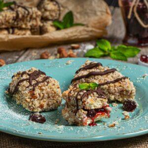 Сладки от обикновени бисквити заснети отблизо, декорирани с течен шоколад, комфитюр и мента