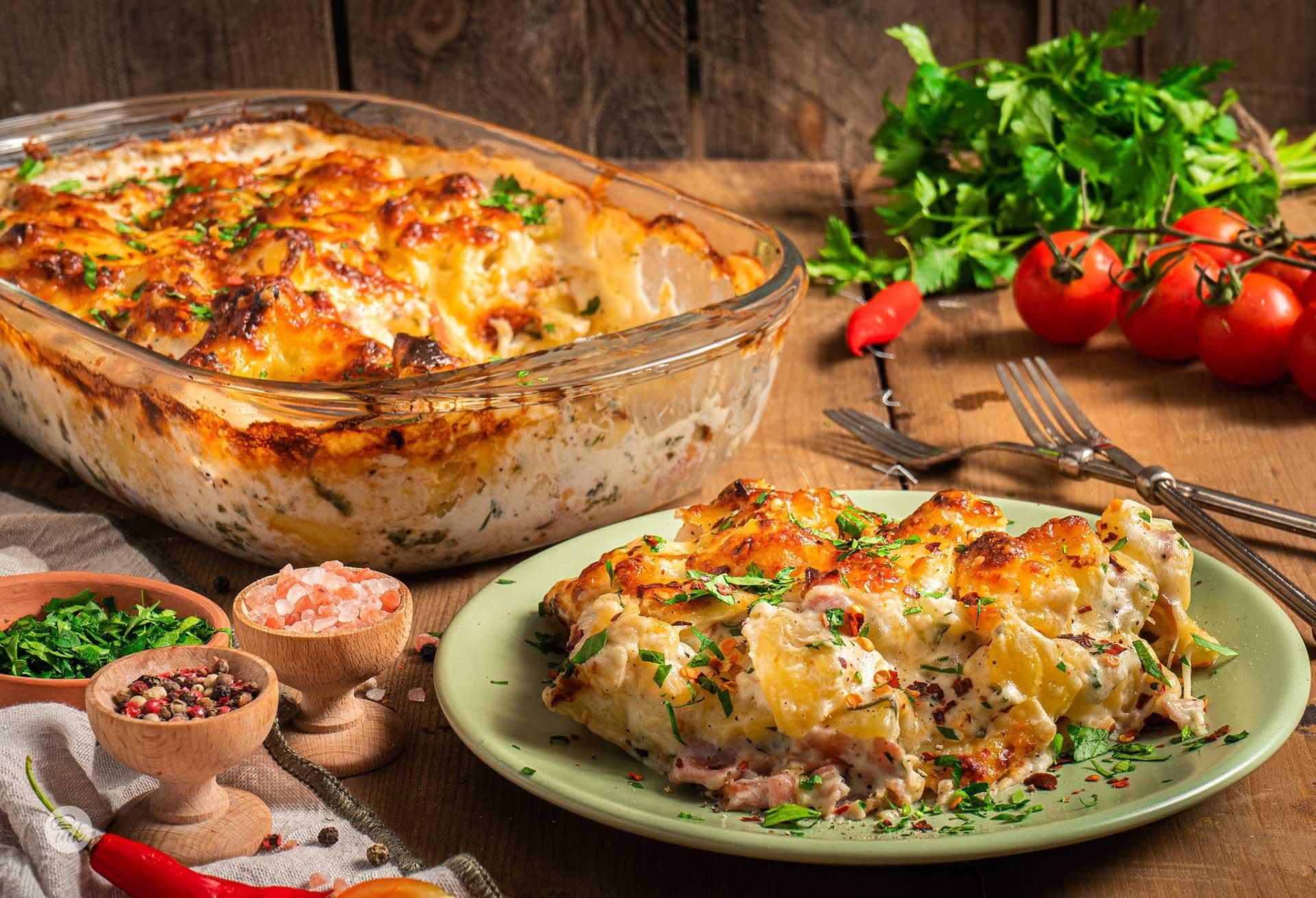 Картофи със сметана, бекон и топено сирене