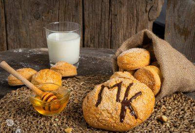 Курабии, заснети отблизо с надпис Мейт Китчън, поднесени с мед и мляко