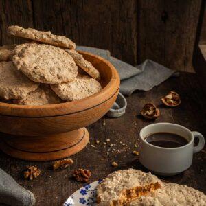 Ореховки поднесени в порция с кафе, заснети отстрани