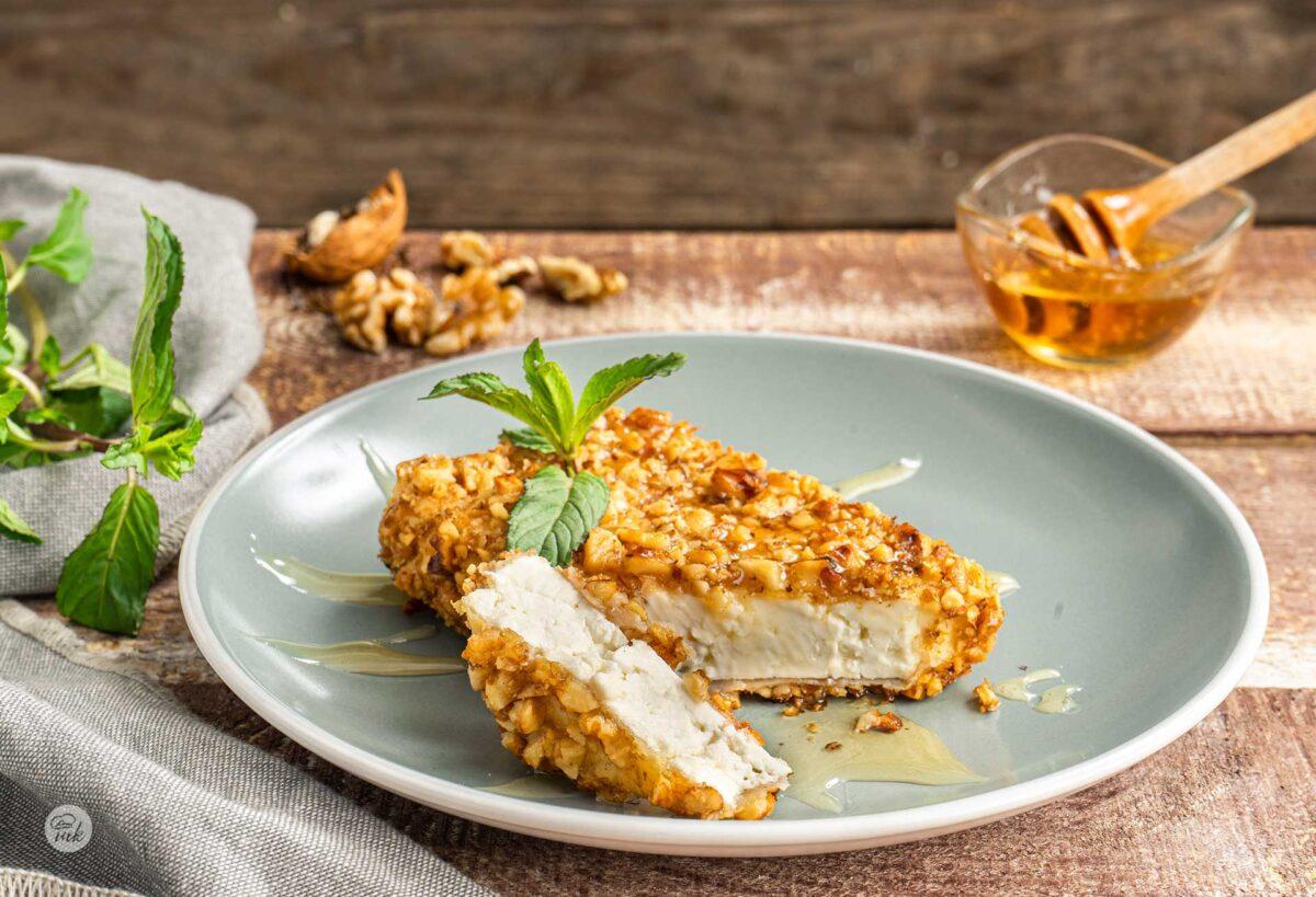 Сирене пане с орехи в бледосиня чиния