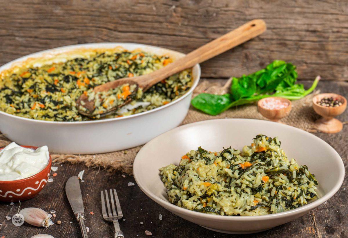 Спанак с ориз, поднесен в чиния и тава, снимано отстрани