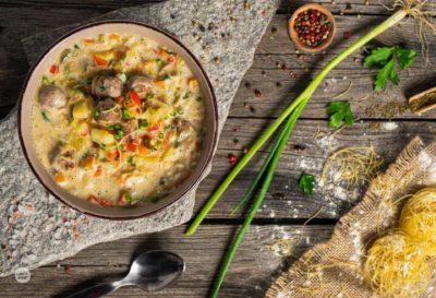 Супа топчета, заснета отгоре и декорирана с пресен лук