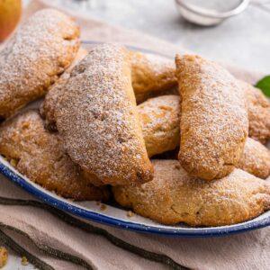 Ябълкови сладки, поднесени в подълговата чиния, снимани странично отгоре